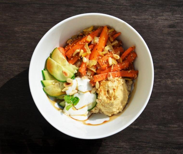 Bowl-mit-Möhren-Hummus